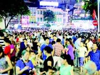 Thí điểm phố đi bộ ở Hà Nội: Tiểu thương than khó, Quận hứa hỗ trợ