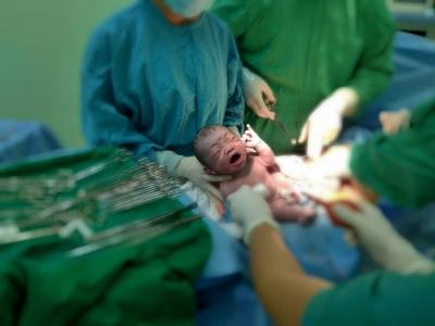 Cần Thơ: Vừa lọt lòng, bé trai sơ sinh thụ tinh trong ống nghiệm đã vẫy tay chào bác sĩ - 1