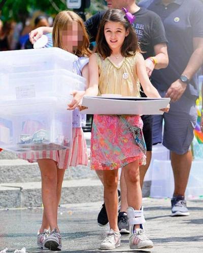 Suri lộ ảnh bán nước chanh ngoài đường kiếm từng đồng, Tom Cruise quyết định gặp con gái - 1