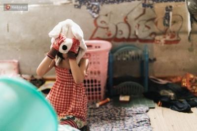 Bất ngờ nổi tiếng sau 1 đêm, bé gái 6 tuổi phối đồ 'chất' ở Hà Nội trở về những ngày lang thang bán hàng rong cùng mẹ - 12