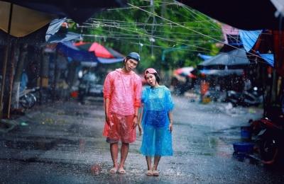 Cặp 9X chụp ảnh cưới với áo mưa, dép tổ ong - 6