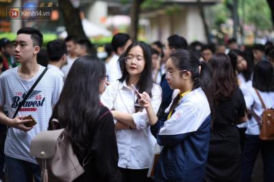 Gần 86.000 thí sinh tại Hà Nội căng thẳng đến làm thủ tục thi vào lớp 10, hơn 23.000 em chắc chắn trượt công lập - 18