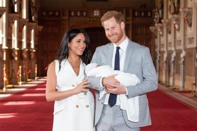 Vợ chồng Meghan Markle chính thức công bố kế hoạch làm lễ rửa tội cho con trai đầu lòng với những chi tiết gây tranh cãi