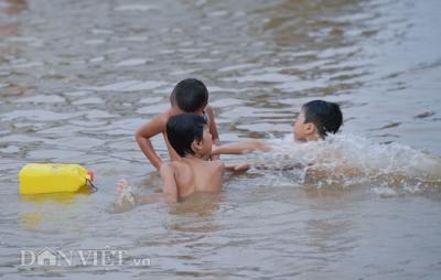 Bãi tắm tự phát dưới chân cầu biến sông Hồng thành 'bãi biển mini' - 11
