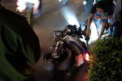 2 thanh niên tông vào trục máy bơm bê tông đỗ giữa đường phố Sài Gòn, tử vong tại chỗ - 1