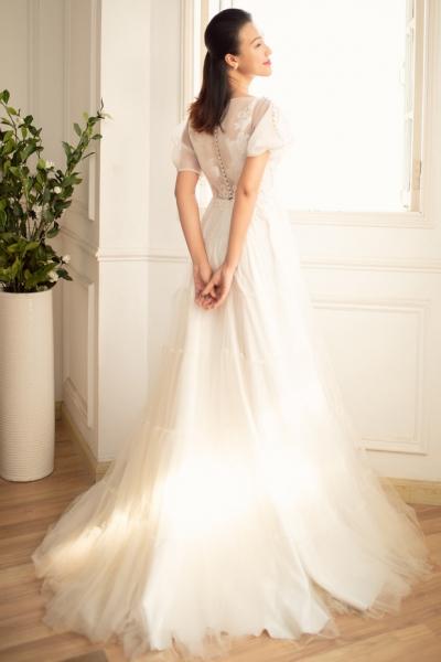 Vài ngày trước đám cưới, Hoàng Oanh một mình đi thử váy cưới nhưng vẫn khiến người hâm mộ xao xuyến vì quá đẹp - 8