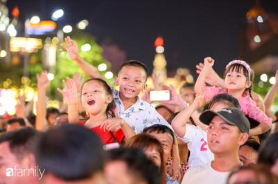 Hàng nghìn người đổ xô đi dự khai mạc đường hoa Nguyễn Huệ, nhiều em bé nhỏ bị chen lấn đến bật khóc vì ngộp thở - 18