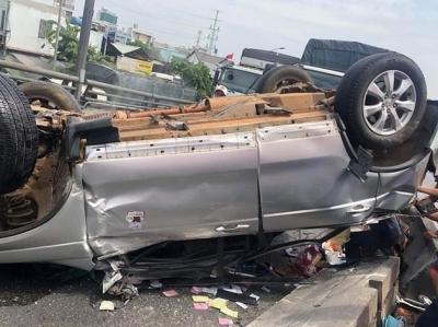 Container đâm ô tô lật ngửa trên cầu, 4 may mắn thoát chết