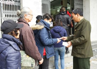 Hà Nội: Rồng rắn xếp hàng gần 2 giờ để mua 5 chiếc khẩu trang kháng khuẩn - 9