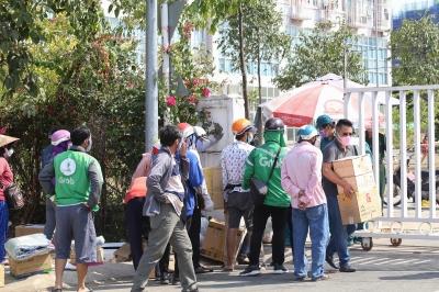 Ném cả vali hàng hóa vào khu cách ly KTX ĐH Quốc Gia bất chấp có thông báo ngưng nhận đồ tiếp tế - 2