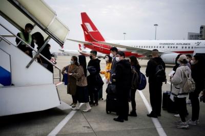 Đại dịch Covid-19 lan rộng không kiểm soát, nhiều du học sinh Trung Quốc bỏ hơn 500 triệu để có 1 chỗ ngồi trên máy bay rời khỏi Mỹ - 1