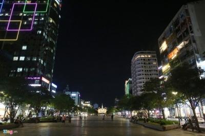 Phố phường ở TP.HCM và Hà Nội vắng vẻ sau 19h - 4