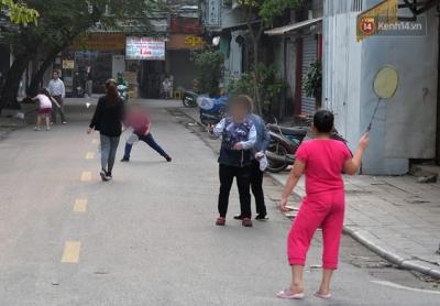 Ảnh: Bất chấp đang trong thời gian cách ly xã hội, các tuyến phố Hà Nội bỗng tấp nập dù không phải giờ cao điểm, nhiều bạn trẻ rủ nhau ra ngoài hẹn hò - 15