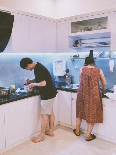 Ở nhà giãn cách xã hội, Ông Cao Thắng được mẹ vợ khen nức nở vì lần đầu vào bếp đã nấu ăn ngon