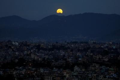 Ngắm 'trăng hoa' treo trên đỉnh tòa nhà cao nhất thế giới - 7