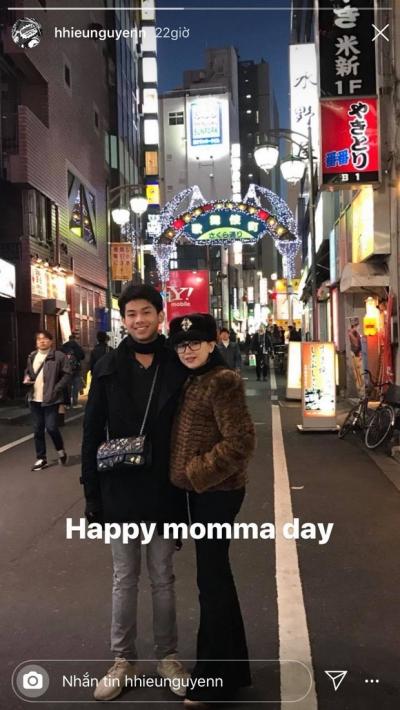 Con trai tỷ phú - Hiếu Nguyễn đeo túi giúp mẹ: Hành động còn hơn nhiều lời nói thương, tinh tế thật sự