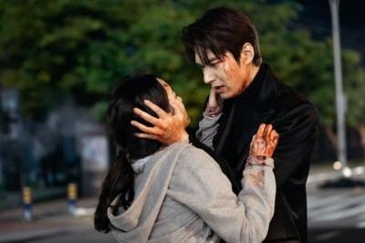 Khán giả Quân Vương Bất Diệt tranh cãi cực căng vì 2 tình tiết 'nhức não': Cậu bé yo yo là ai, Lee Min Ho cứu phải 'kẻ giả mạo'?