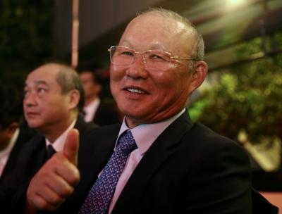 Huỳnh Anh rạng rỡ bên Quang Hải tại gala Quả bóng vàng 2019 - 4