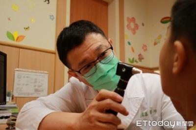 Con có biểu hiện ho, thở nhanh, tức ngực... khi đi khám mới biết nguyên nhân do thói quen tai hại của bố - 1