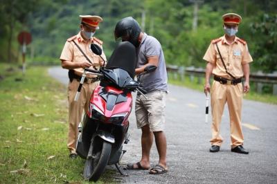 Cô gái người Dao bị CSGT dừng xe vì không đội mũ bảo hiểm - 1