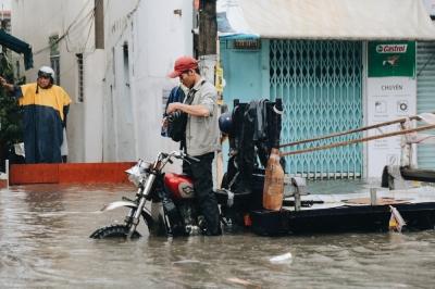 Ảnh: Đường Sài Gòn ngập lút bánh xe khi mưa lớn, người dân té ngã sõng soài - 7