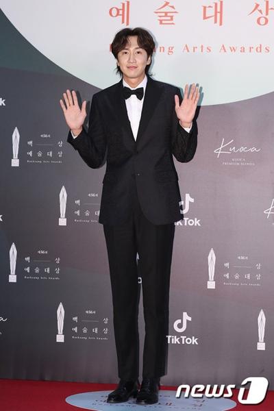 Siêu thảm đỏ Baeksang 2020: Son Ye Jin khoe ngực nóng bỏng đọ sắc cùng Suzy và dàn sao khủng - 27