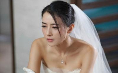 Người yêu cũ của chú rể đến đám cưới làm loạn, cô dâu chỉ nhẹ nhàng đưa ra 1 thứ khiến ả kia muối mặt rút lui