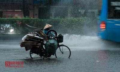 Hưng Yên: 'Sóng thần' quật ngã hàng loạt xe máy - 8