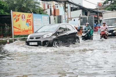 Người Sài Gòn té ngã trên đường ngập sâu, bỏ xe máy nằm lăn lóc dưới nước để bảo vệ đồ đạc - 6