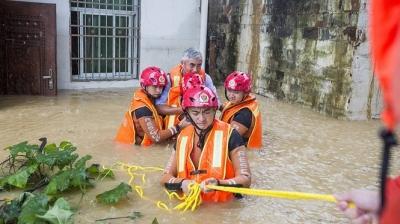 Video ảnh: Lũ lụt dâng cao, người dân chèo thuyền đi lại trên phố - 8