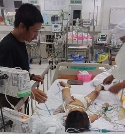 Bé trai 7 tuổi hôn mê sâu sau phẫu thuật lấy đinh nẹp xương tay - 1