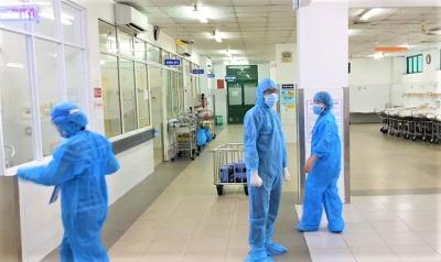 Chùm ảnh đặc biệt trong 'tâm dịch' Đà Nẵng: Bác sĩ tất bật vào ca, nhân viên y tế xếp hàng dài xung phong vào khu cách ly chống Covid-19 - 10