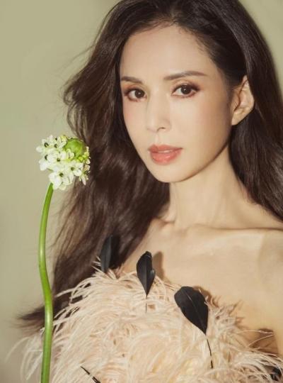'Tiểu Long Nữ' Lý Nhược Đồng khoe sắc vóc gợi cảm khó tin ở tuổi 54 - 9