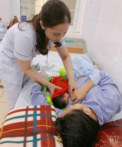Vượt lũ đưa bệnh nhân, sản phụ đi bệnh viện - 1