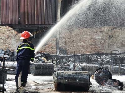 Video ảnh: Khói lửa cuồn cuộn bốc lên từ kho sơn PU ở Nghệ An - 8