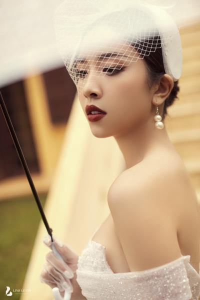 Á hậu Thuý An tung ảnh cưới lung linh trước thềm hôn lễ: Nhan sắc cô dâu 'đỉnh của chóp', e ấp bên chú rể hơn 12 tuổi! - 1