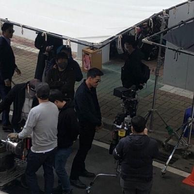 Lộ cảnh quay phim mới của Hyun Bin: Đẹp trai siêu cấp, Son Ye Jin còn lái xe đến tận trường quay đón về nhà?