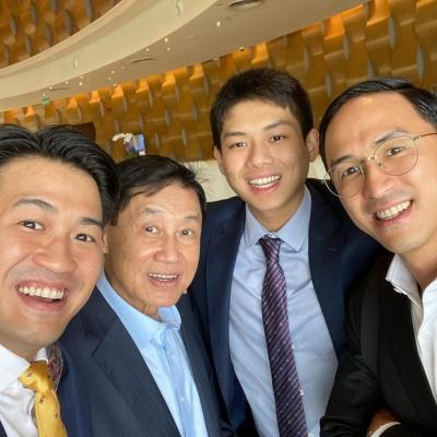 Tỷ phú Johnathan Hạnh Nguyễn chụp hình cùng 3 người con trai: Đỉnh cao giàu sang và quyền lực