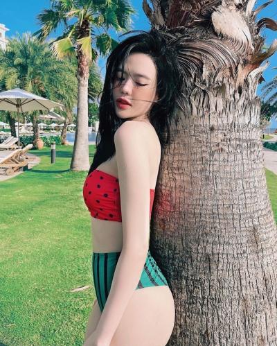 Sau loạt gái xinh, chị đẹp, đến lượt con dâu ông trùm điện tử Sài Gòn bước vào 'đường đua' bikini - 1