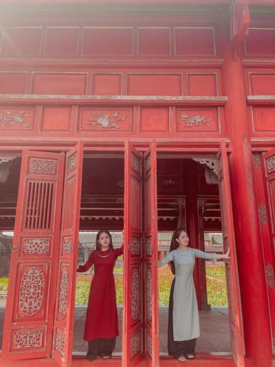 Cặp chị em song sinh ở Huế: Nhan sắc đẹp tuyệt trần, giống nhau đến chồng còn không phân biệt được - 1