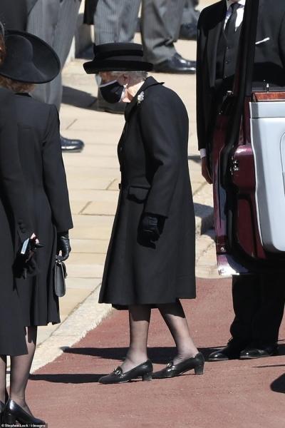 Nữ hoàng Anh rơi nước mắt, ngồi một mình trong tang lễ tiễn người bạn đời 73 năm về nơi an nghỉ cuối cùng - 4