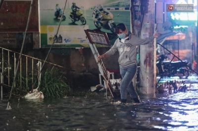 Ảnh: Đường ngập nặng, người Sài Gòn giúp nhau đẩy xe chết máy vượt nước chảy xiết - 13