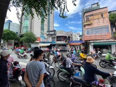 NÓNG: Hàng trăm người có mặt theo dõi trận chiến giữa Trang Khàn và 'cậu IT' team bà Phương Hằng, bất ngờ phía công an xuất hiện