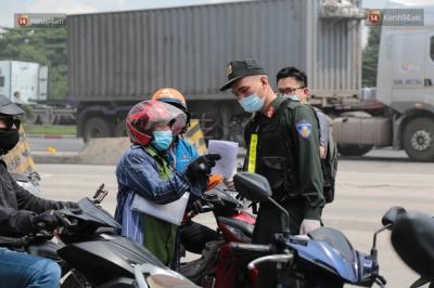Lo ngại phải cách ly tại nhà 21 ngày khi về Đồng Nai, nhiều người 'quay xe' trở lại TP.HCM để làm việc - 3