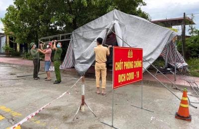 Những chiến sỹ trực chốt Covid-19 trong đêm mưa, ghì chặt tay giữ không cho bão thổi bay lều - 3