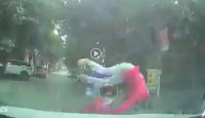 Tông thẳng vào ô tô giữa ngã tư, nam shipper ngã lộn nhào xuống đường khiến tất cả đứng tim