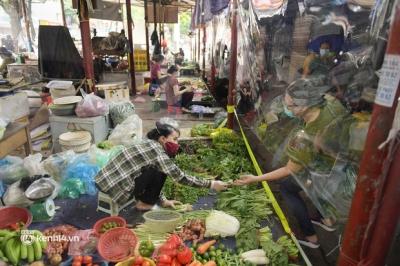 Hà Nội: Chợ dân sinh đầu tiên quây nylon kín mít để phòng tránh Covid-19 khi bán hàng - 10