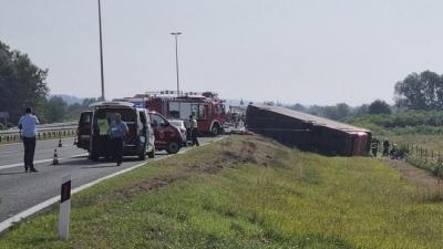Croatia: Xe buýt đổ lật vì tài xế ngủ gật, 54 người thương vong - 1