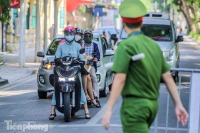 Cận cảnh Hà Nội triển khai kiểm tra giấy tờ người dân lưu thông trên đường - 1