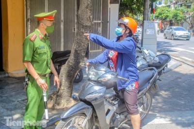 Cận cảnh Hà Nội triển khai kiểm tra giấy tờ người dân lưu thông trên đường - 13